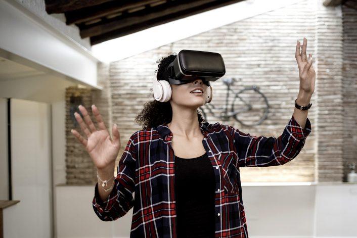 Femme visite virtuelle
